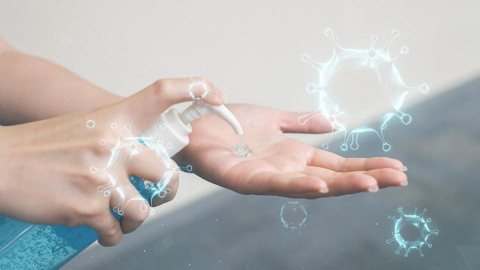 Une personne met du gel désinfectant sur ses mains.