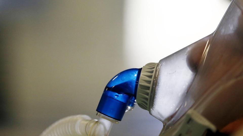 Une personne respire par un respirateur.