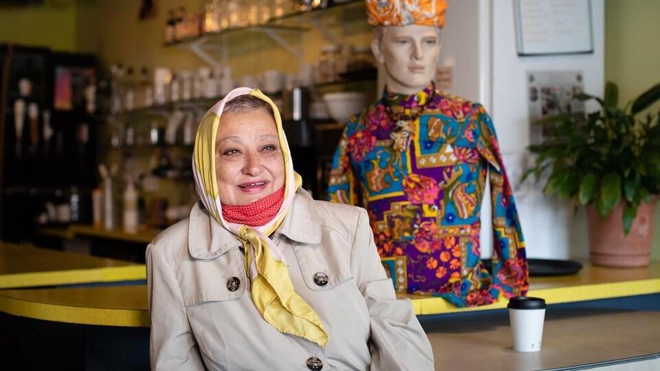 La propriétaire des mannequins, Burcu Ozedimer, devant l'un de ses préférés, surnommé Crêpe.