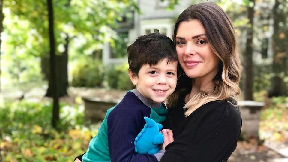 Ashley O'Rourke tient son fils dans les bras.