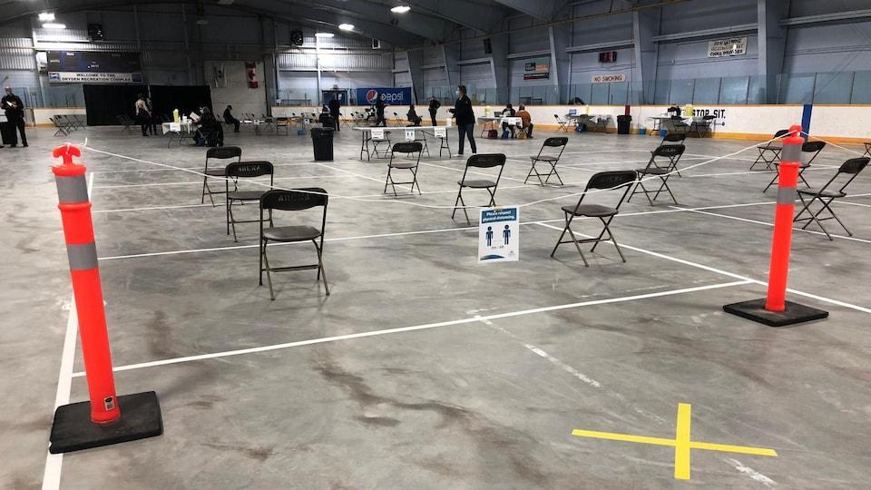 Des chaises sont disposées dans un aréna.