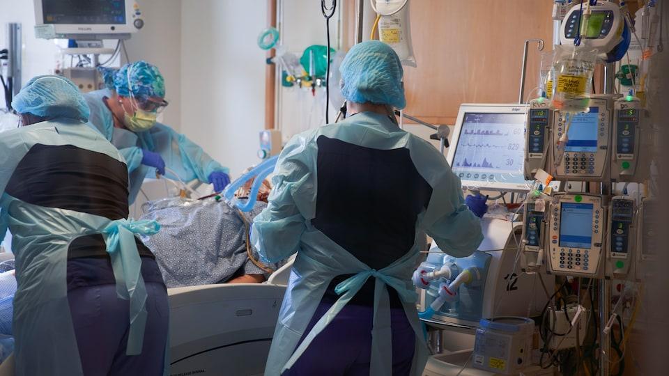 Des infirmières soignent un patient dans un hôpital.