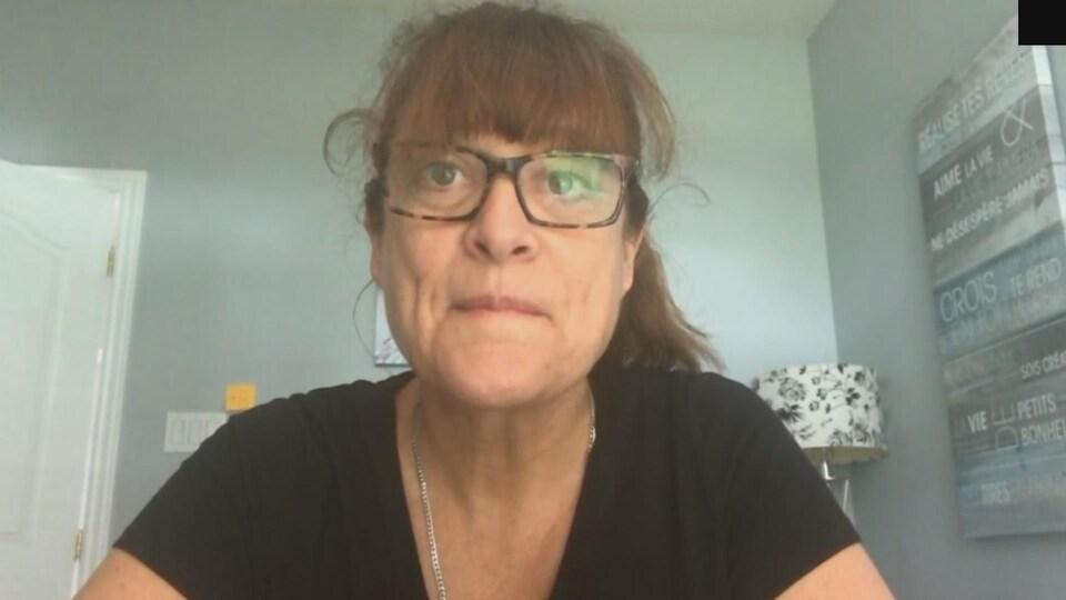 Une femme en entrevue.