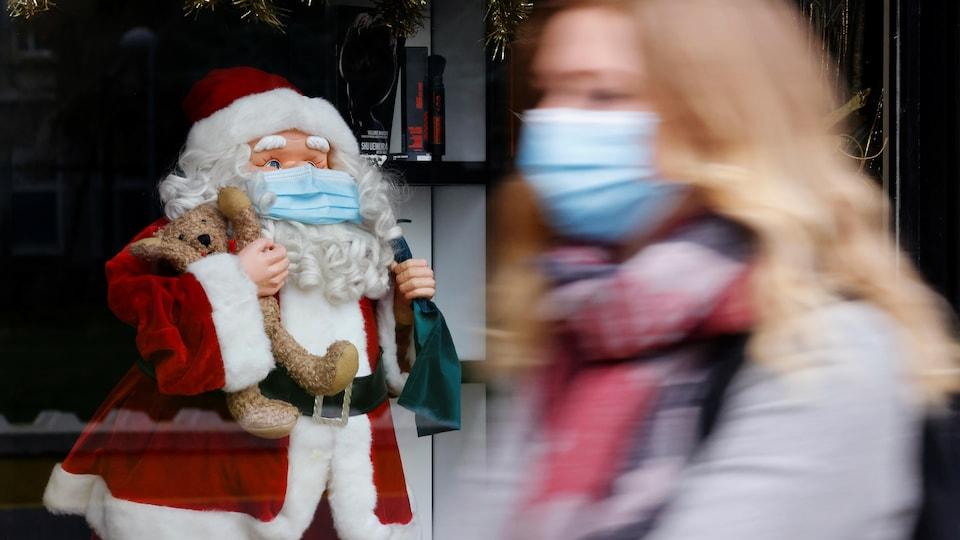 Une femme passe devant un père Noël le 30 novembre 2020 à Lille, en France.
