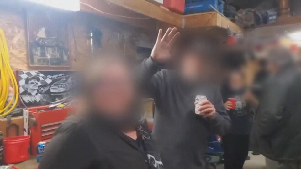 Des gens, avec le visage flouté, dise bonjour à la caméra.