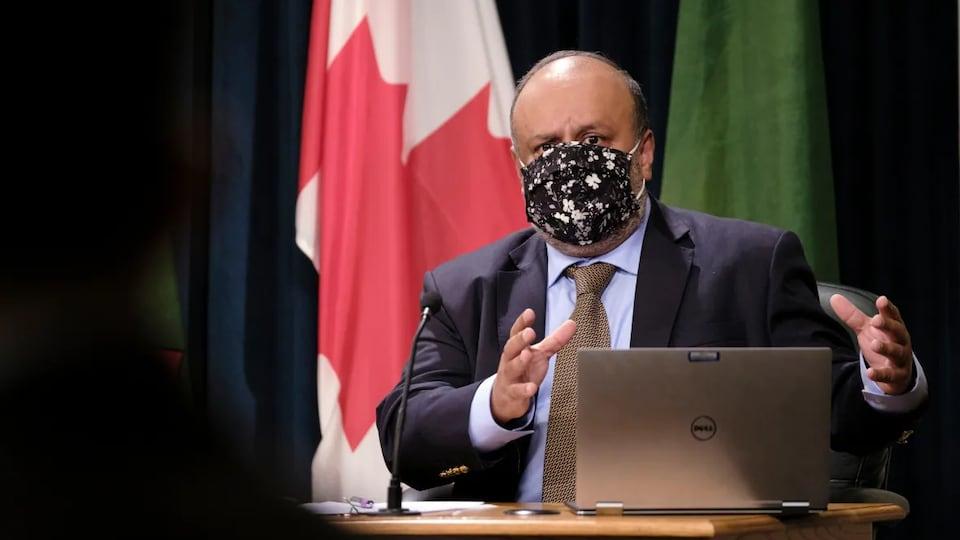 Le médecin hygiéniste en chef de la Saskatchewan, Saqib Shahab, lors d'un point de presse traitant de la pandémie de COVID-19. Il porte un couvre-visage.