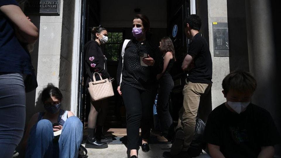 Des étudiants quittent un centre de vaccination situé à Londres.