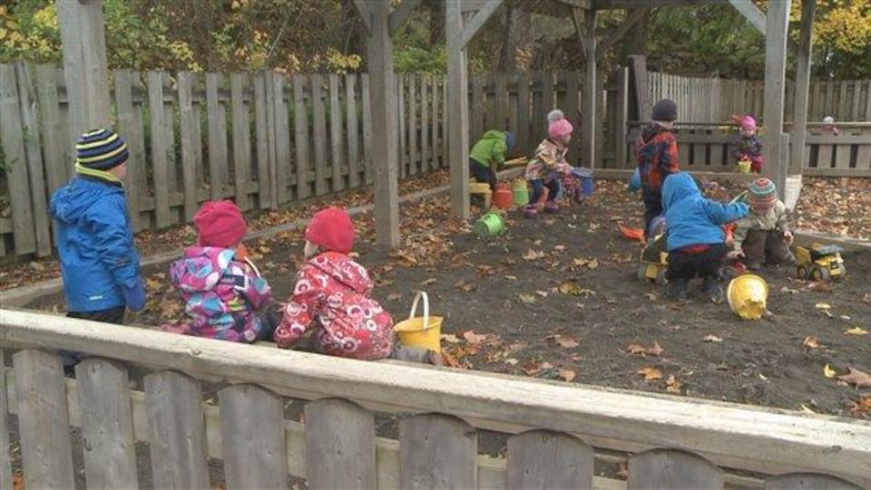 Des enfants jouent dans la cour du CPE de Rivière-du-Loup.