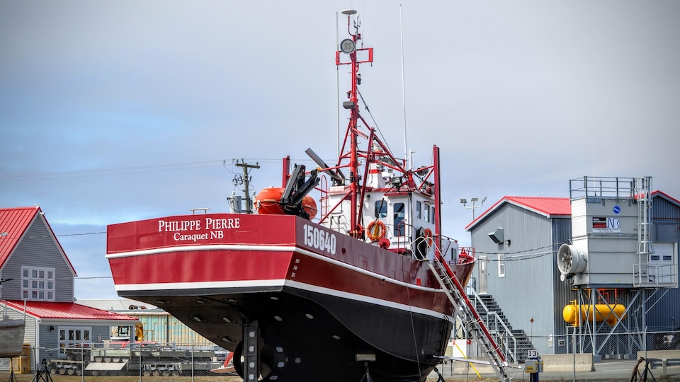 Un crabier au quai de Shippagan.