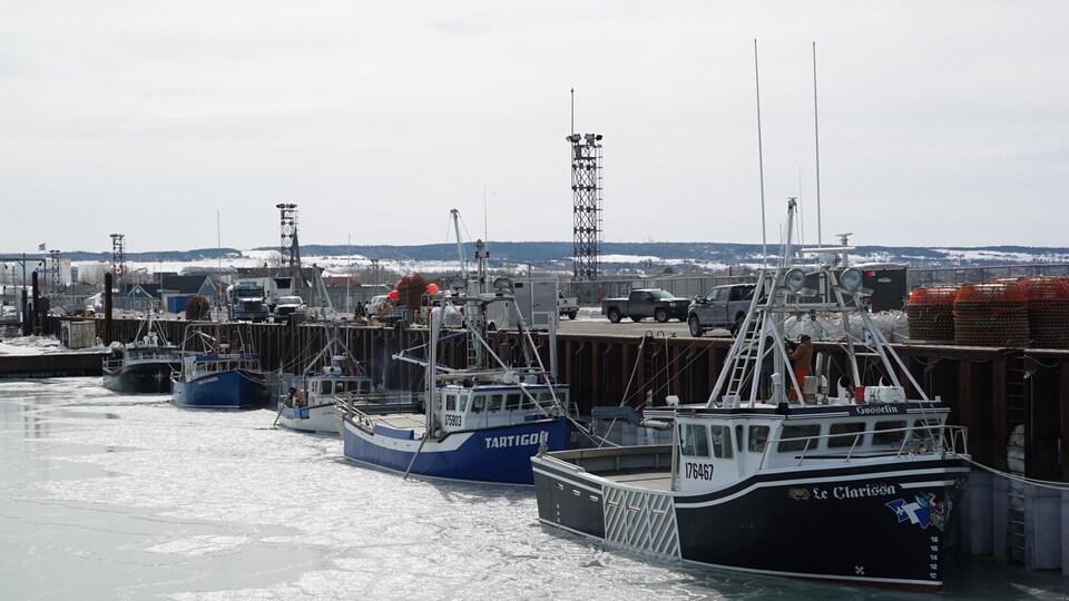 Des bateaux amarrés au quai