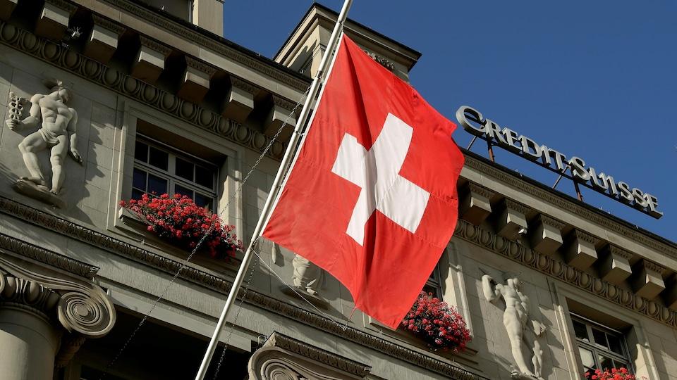 Le drapeau national flotte au-dessus d'une succursale de la banque Credit Suisse, à Lucerne, en Suisse, le 19 octobre 2017.