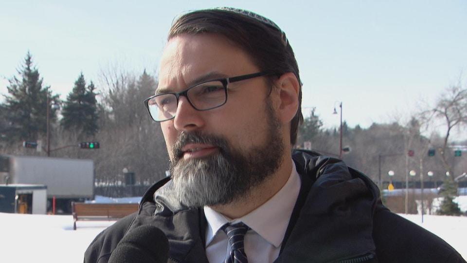 Joshua Dougherty, président de la Congrégation Machzikei Hadas, en entrevue à Radio-Canada.