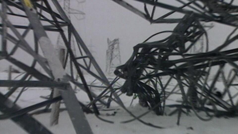 Plusieurs pylônes électriques en acier écrasés sous le poids de la glace.