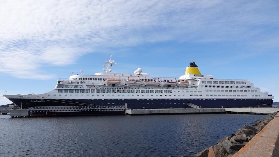 Le navire de croisière amarré à Sept-Îles.