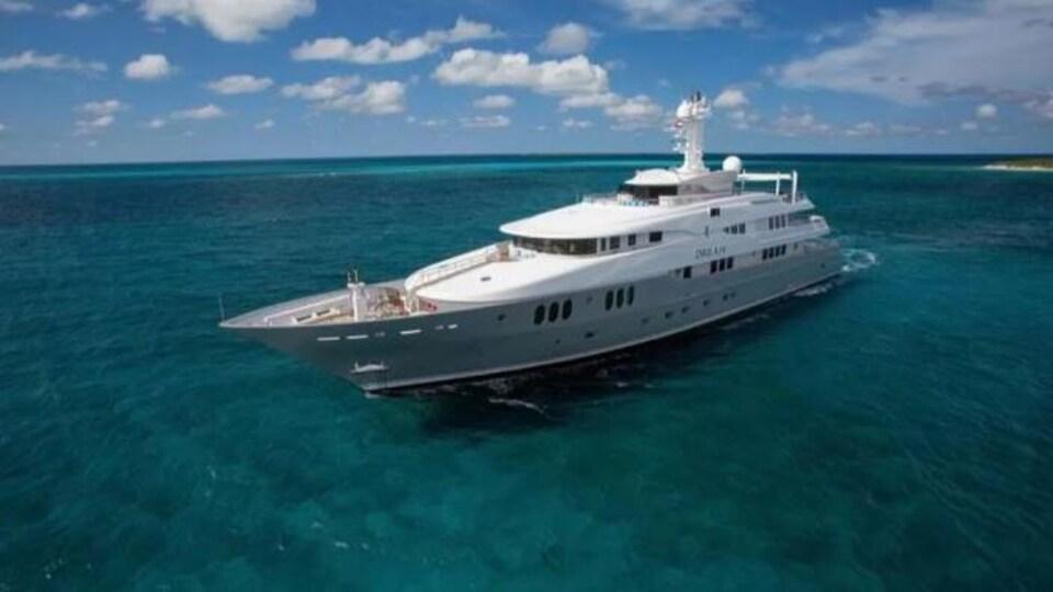 Un yacht en mer.