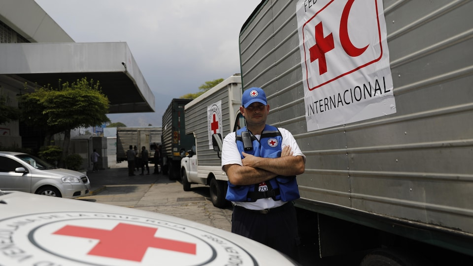 Un convoi de camions arrive à Caracas, au Venezuela, le mardi 16 avril 2019, dans un entrepôt transportant de l'aéroport international la première cargaison d'aide humanitaire de la Fédération internationale des Sociétés de la Croix-Rouge et du Croissant-Rouge.