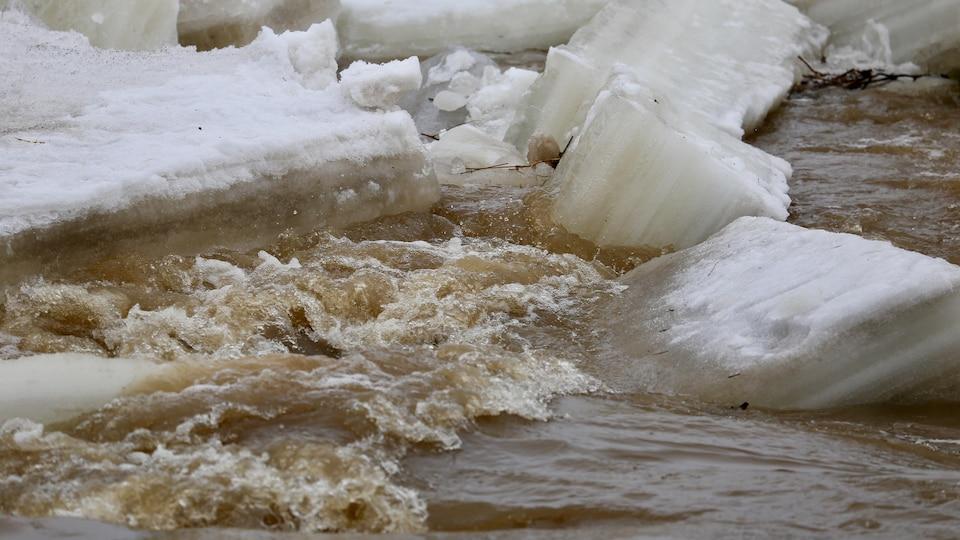Les embâcles au printemps empêchent l'écoulement de l'eau