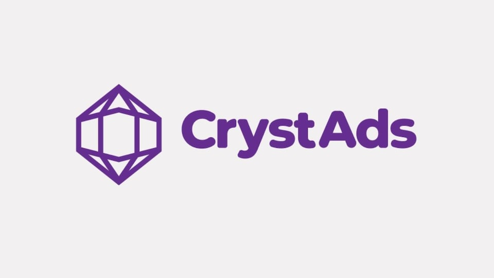 """Le logo de Crystads. Une icône 2D d'un cristal et le texte """"CrystAds"""", dans une police arrondie et grasse."""