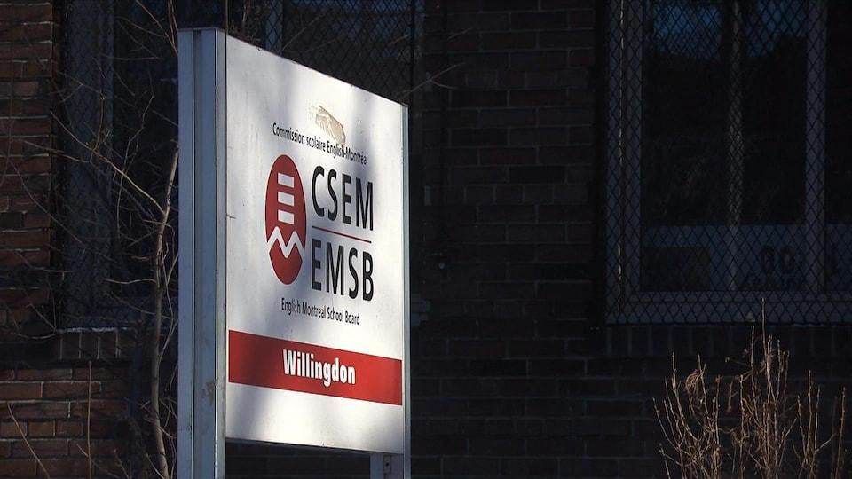 Enseigne de la Commission scolaire English-Montréal.