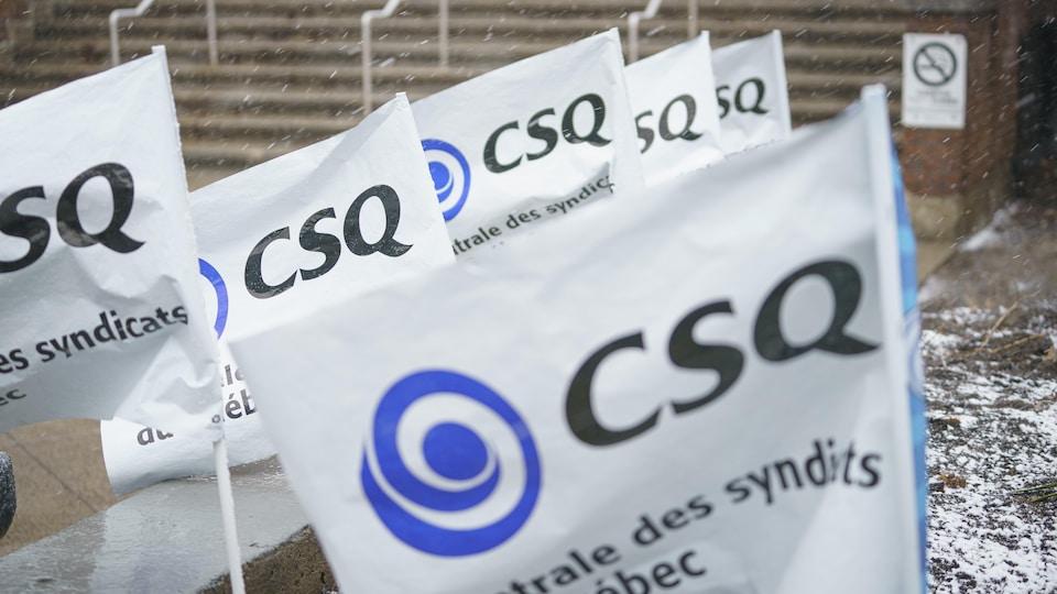 Des drapeaux de la CSQ.
