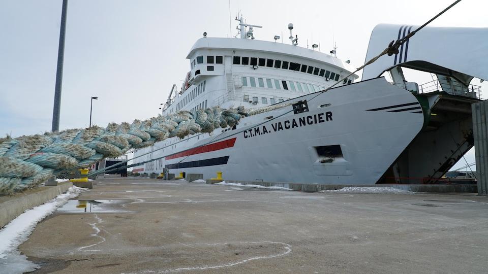 Le CTMA Vacancier bien accosté au quai de Cap-aux-Meules. La porte avant du bateau est ouverte.