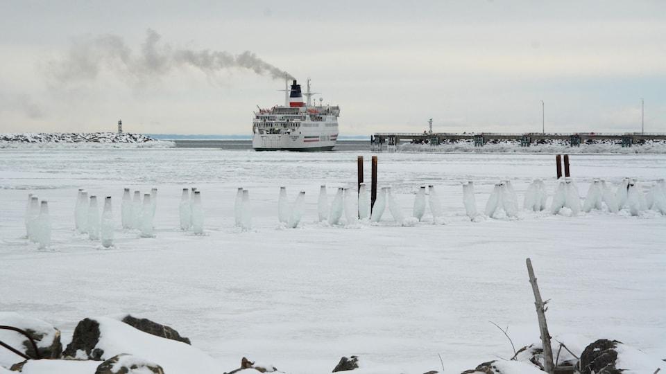 Un navire quitte le port.