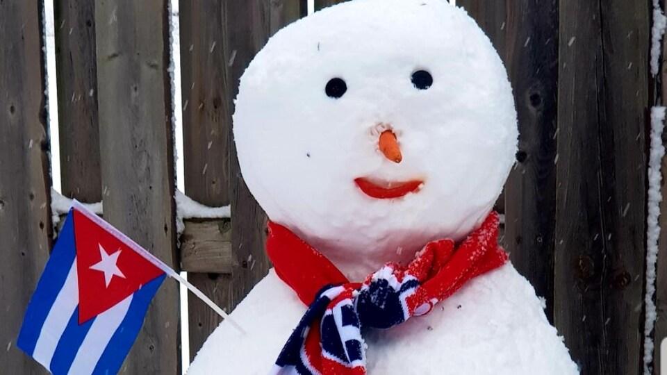 Un bonhomme de neige avec un drapeau cubain et une écharpe du Canadien de Montréal.