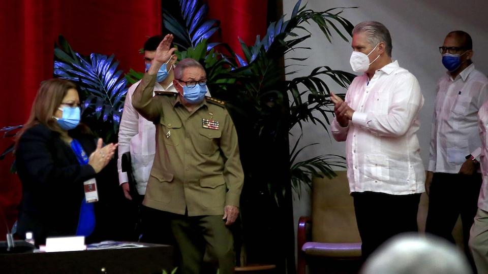 Raul Castro et Miguel Diaz-Canel masqués.