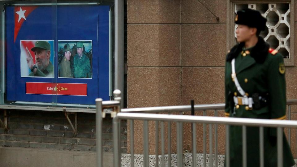 Un militaire devant l'ambassade cubaine à Pékin