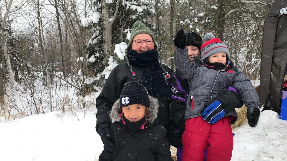 Tuques et mitaines pour Sylvie L'heureux et ses petits-enfants venus choisir un sapin à Cléricy.
