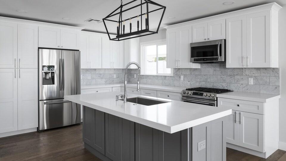 Une cuisine moderne avec des électroménagers en acier inoxydable.