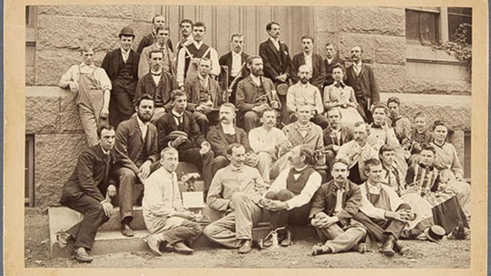 Groupe de scientifiques, vers 1900, Épreuve à l'albumine argentique On peut voir cette photographie dans l'album virtuel du MNBAQ intitulé Rassemblements au temps de l'avant COVID-19.
