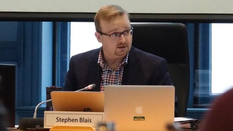 Stephen Blais lors d'un conseil municipal.