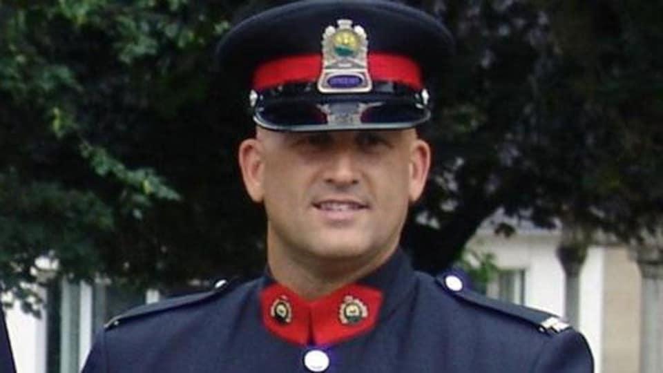 Portrait de Brian Cummings portant son uniforme cérémoniel.