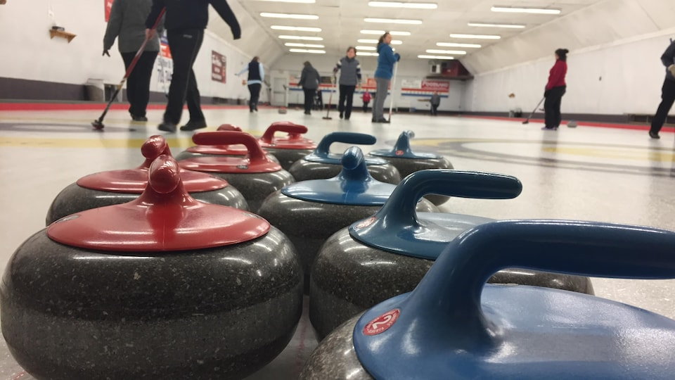 Quelques pierres de curling, au club de Mattawa.