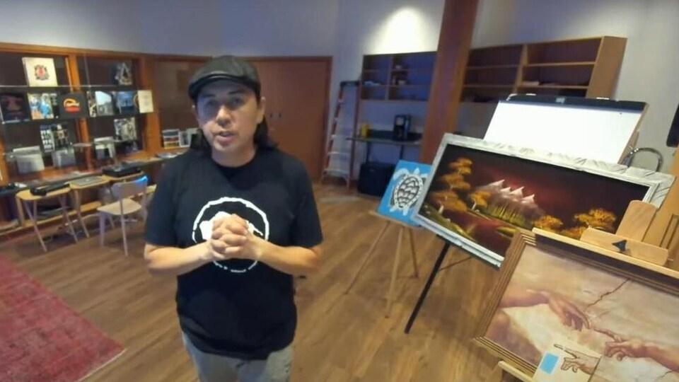 L'artiste autochtone Curtis Peeteetuce lors de sa résidence artistique au parc historique Wanuskewin.