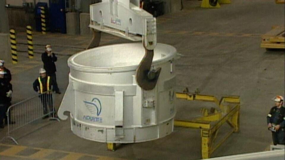 Une cuve d'électrolyse à l'aluminerie Alouette de Sept-Îlesuette