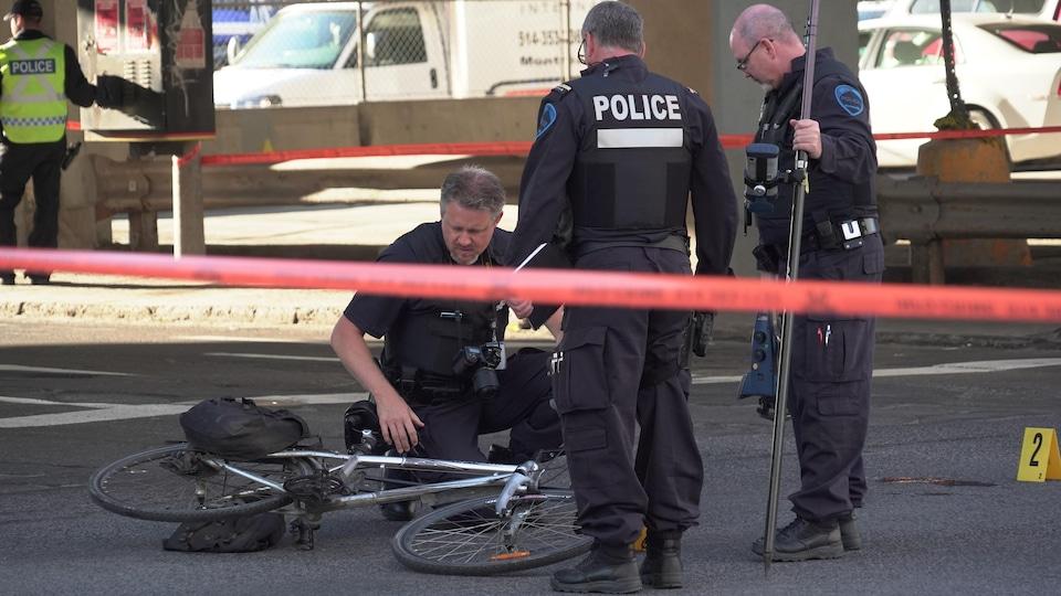 Des policiers inspectent un vélo.
