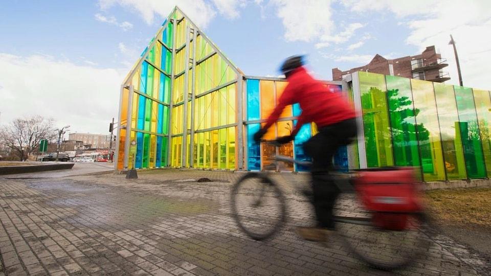 L'homme file en vélo sur la piste cyclable.