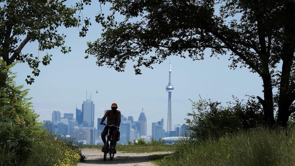 Un cycliste au parc Humber Bay à Toronto.