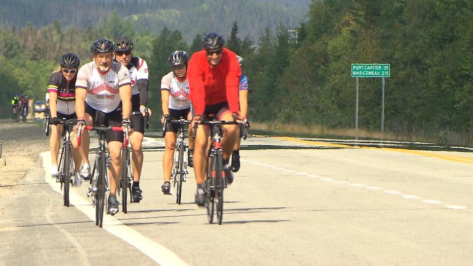 Un peloton de cyclistes du Cyclo Tour SP de la Côte-Nord sur la route 138