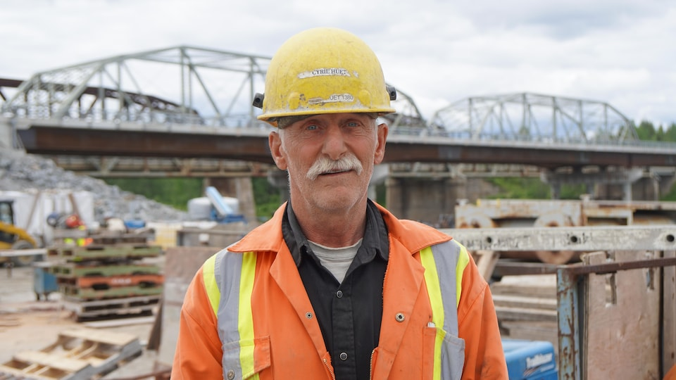Cyril Huet devant un chantier.