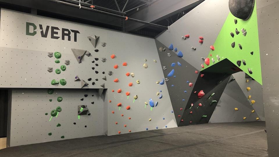 Un mur d'escalade