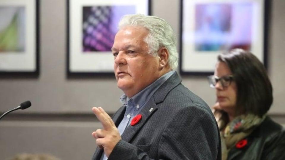 Dales Hicks parle au conseil municipal.
