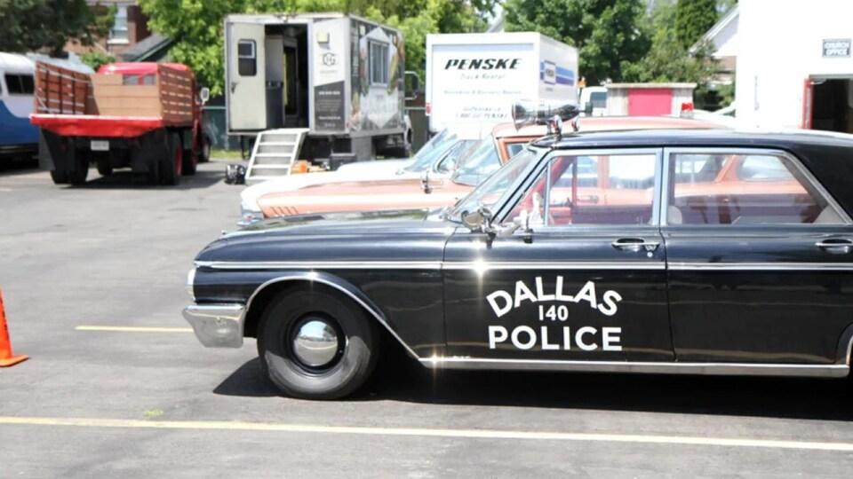 Une vieille voiture noire sur laquelle est inscrite Dallas Police.