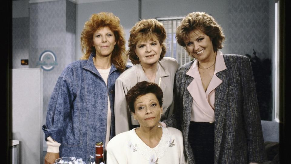 Les quatre comédiennes sourient.