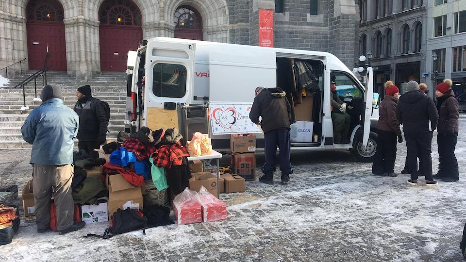 La camionnette des 3 Dames de Coeur sur le parvis de l'église Saint-Roch