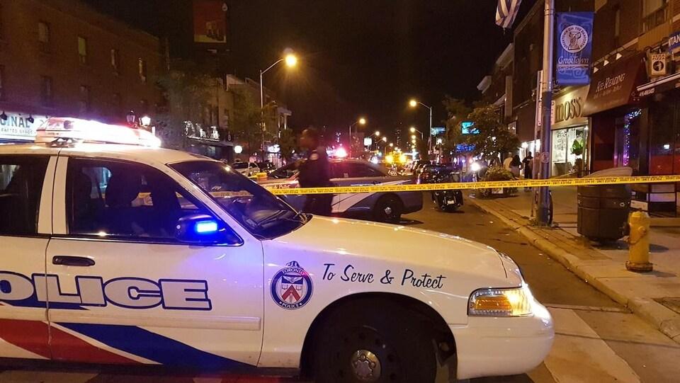 Une voiture de police bloque l'avenue Danforth.