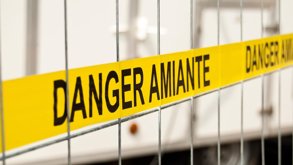 Ruban avec la mention « Danger amiante ».