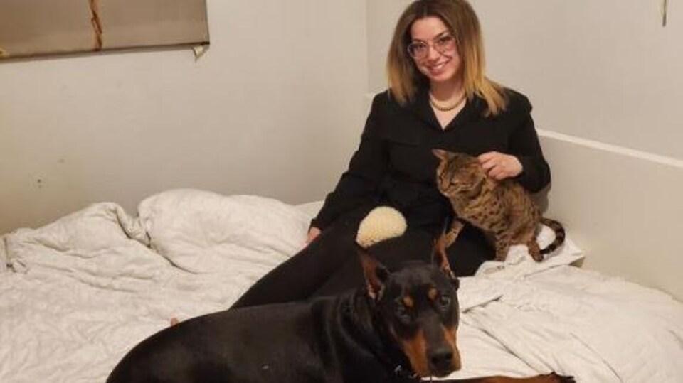 Dania Nehme avec un chat et un chien.
